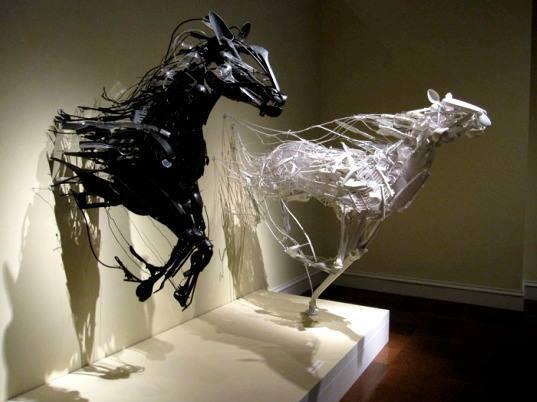 В движении современная скульптура, лошади в искусстве