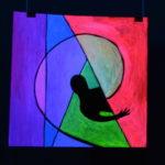 За стеной, светящаяся картина флуоресцентными красками maryatekun.ru